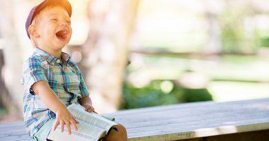 Enfant riant aux éclats