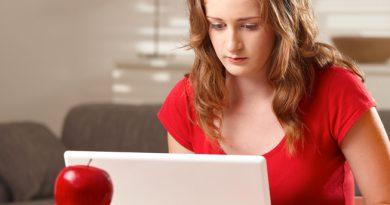 Jeune fille travaillant sur PC