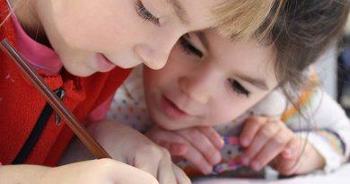 Enfants entrain d'écrire