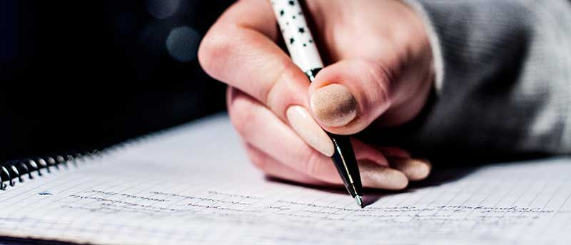 Photo main tenant un stylo