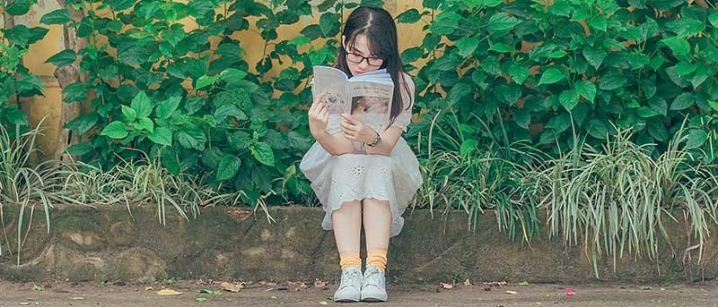 Élève entrain de lire